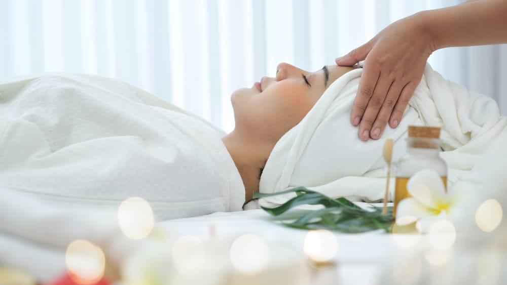 10 benefícios da massagem: mulher em uma sessão de massoterapia.