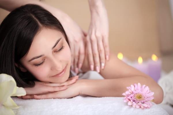 10 benefícios da massagem: mulher deitada recebendo massagem.
