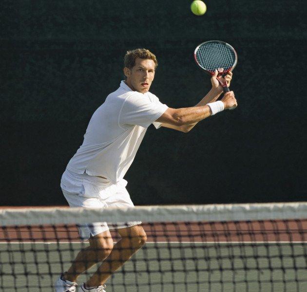 Imagem de um atleta jogando Tênis