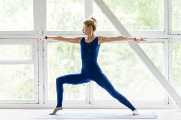 Yoga em Alphaville: mulher praticando yoga no conforto do seu lar.