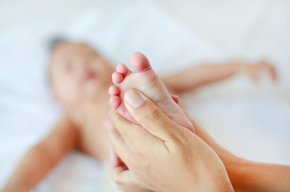 Benefícios da Massoterapia: Bebê recebendo massagem no pé