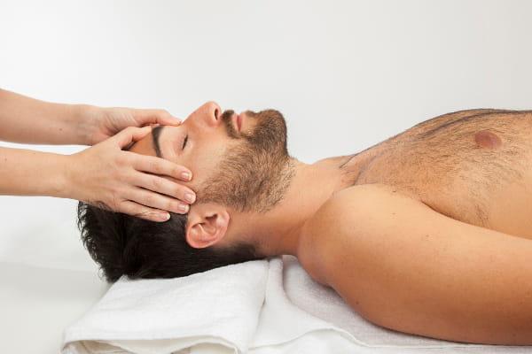 Benefícios da Massoterapia: Homem recebendo massagem facial