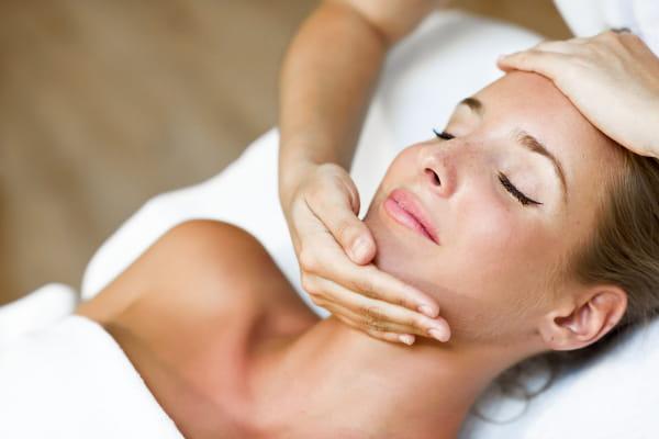 Benefícios da Massoterapia: Mulher aliviando dores crônicas