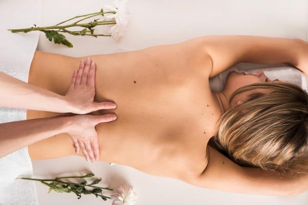 Benefícios da Massoterapia: Mulher recebendo massagem