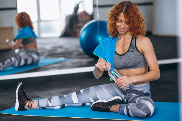 Benefícios do Pilates: mulher praticando Pilates com bola