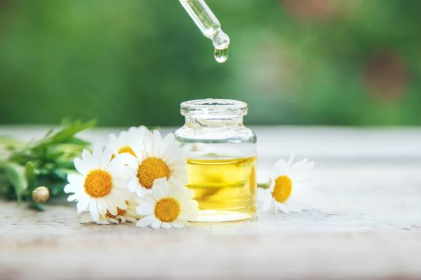 Benefícios dos óleos essenciais para a saúde - mulher recebendo massagem relaxante.