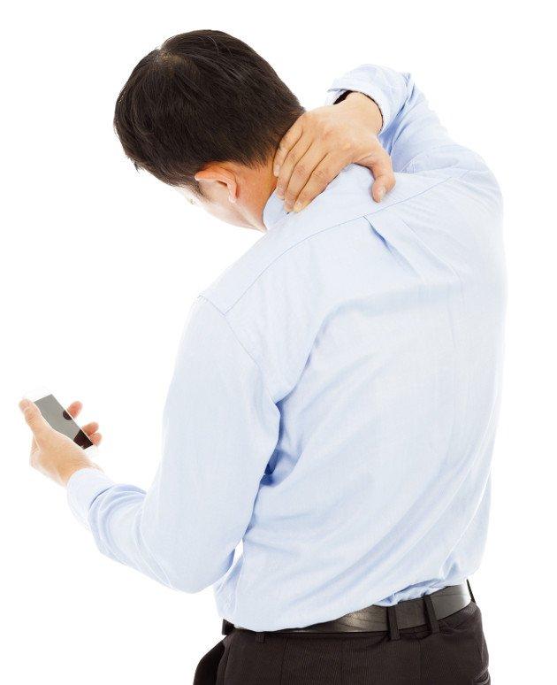 Homem sentindo dor intensa no pescoço