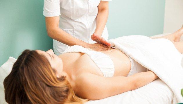 Mulher recebendo massagem para drenagem terapêutica