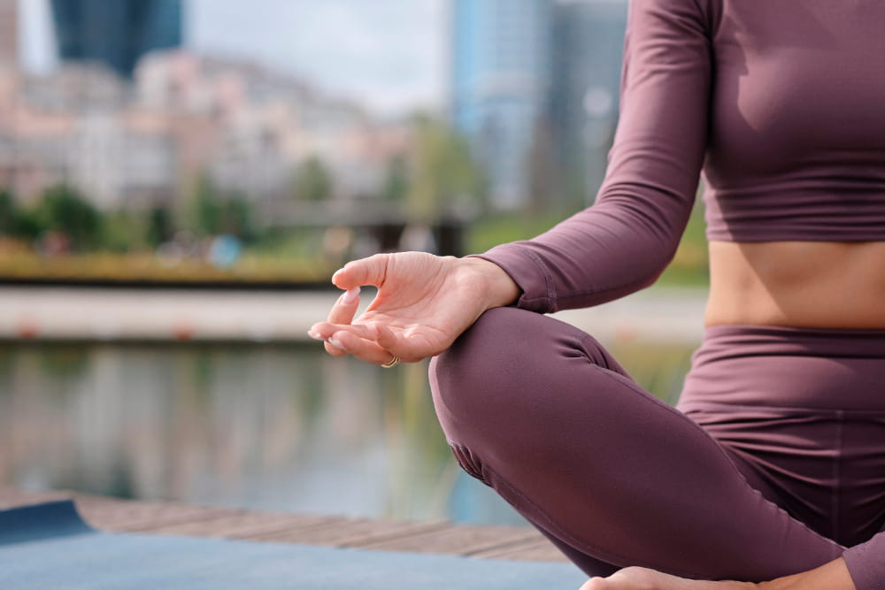 Fundamentos do Yoga: Ahimsa: mulher fazendo meditação.