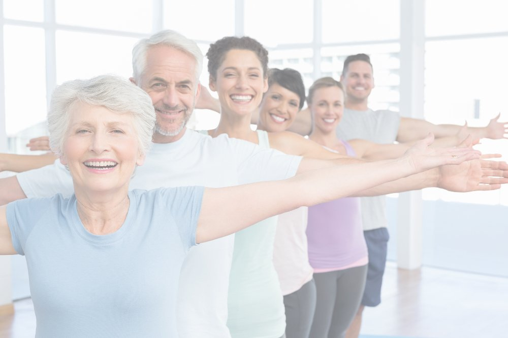 Grupo de amigos felizes socializando na aula de yoga