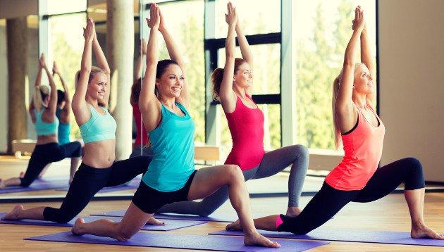 Grupo de mulheres praticando Yoga