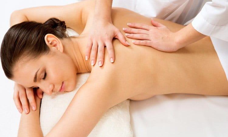 Massagem Centro Comercial Alphaville: mulher recebendo massagem relaxante.