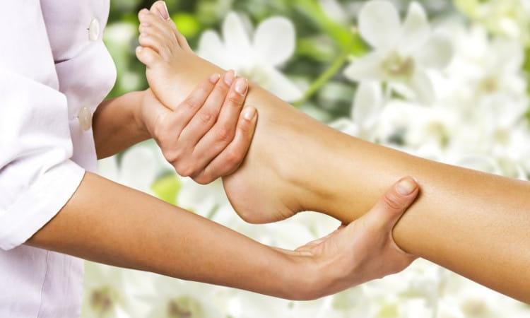 Massagem Centro Comercial Alphaville: mulher recebendo massagem nos pés.