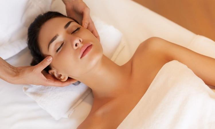 Massagem Centro Comercial Alphaville: mulher recebendo massagem no rosto.