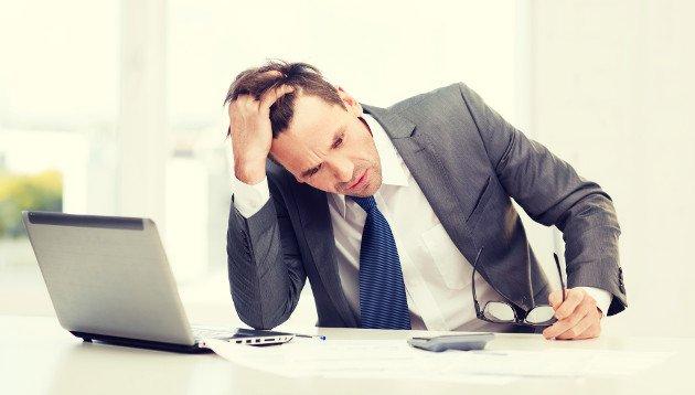 Homem esgotado após reunião de negócios