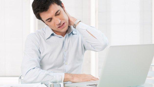 Homem sentindo fortes dores devido à Bursite