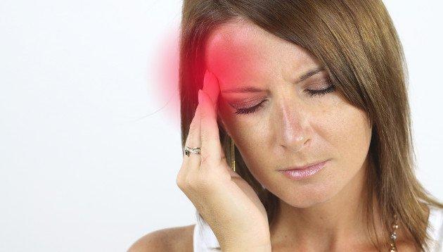 Mulher sentindo uma forte dor de cabeça
