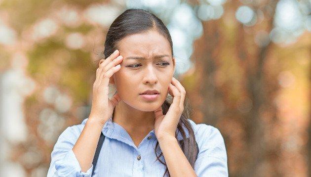 Mulher com sinais de ansiedade