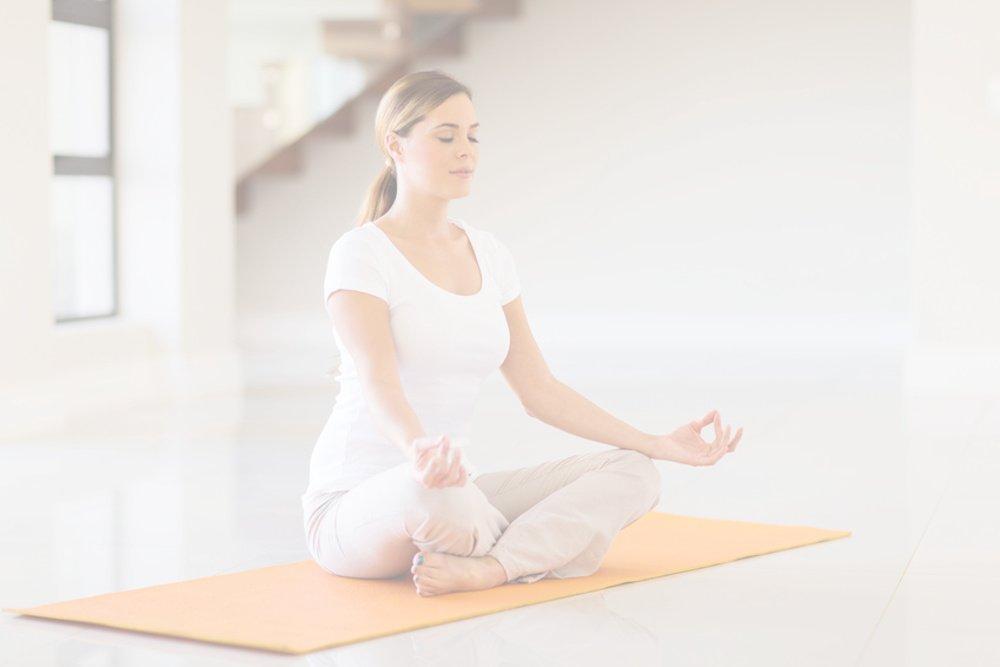 Mulher meditando após um dia de trabalho