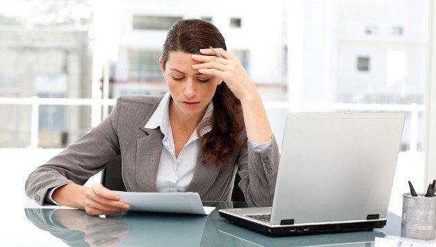 Mulher tentando se concentrar no trabalho