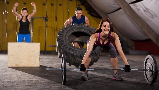 Pessoas praticando musculação e crossfit