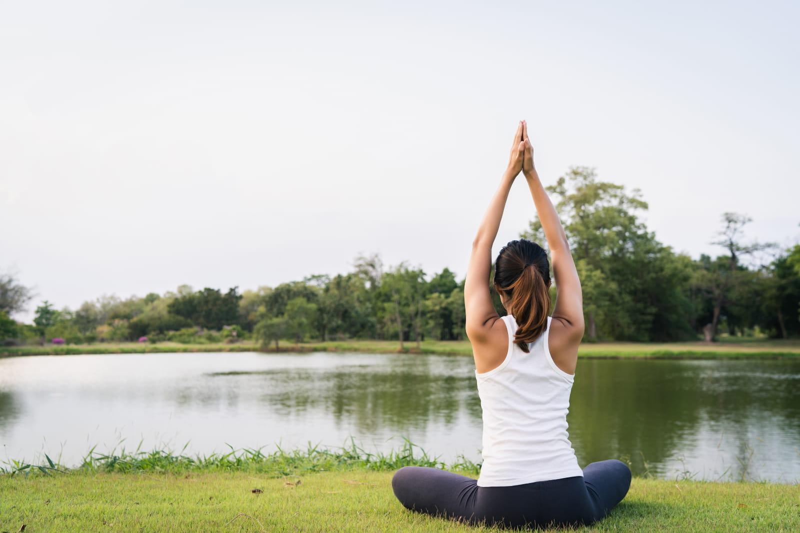 Parques em Barueri: Mulher praticando Yoga no parque
