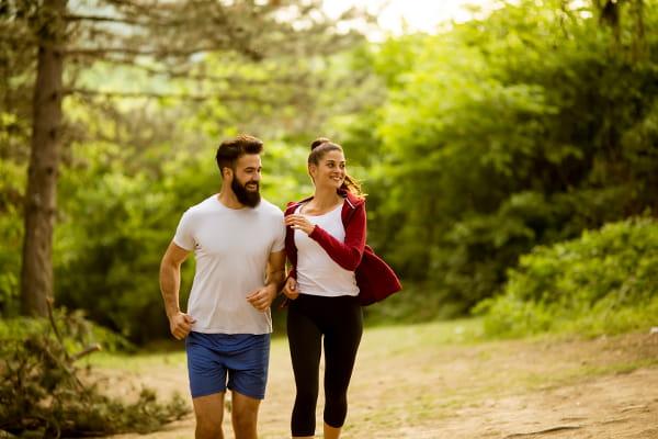 Parques em Barueri: casal praticando atividades físicas no parque