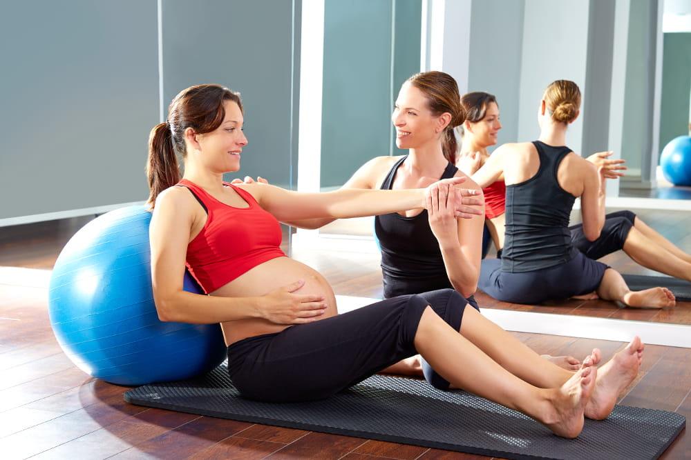 Pilates para Gestantes: mulher grávida praticando pilates com bola.