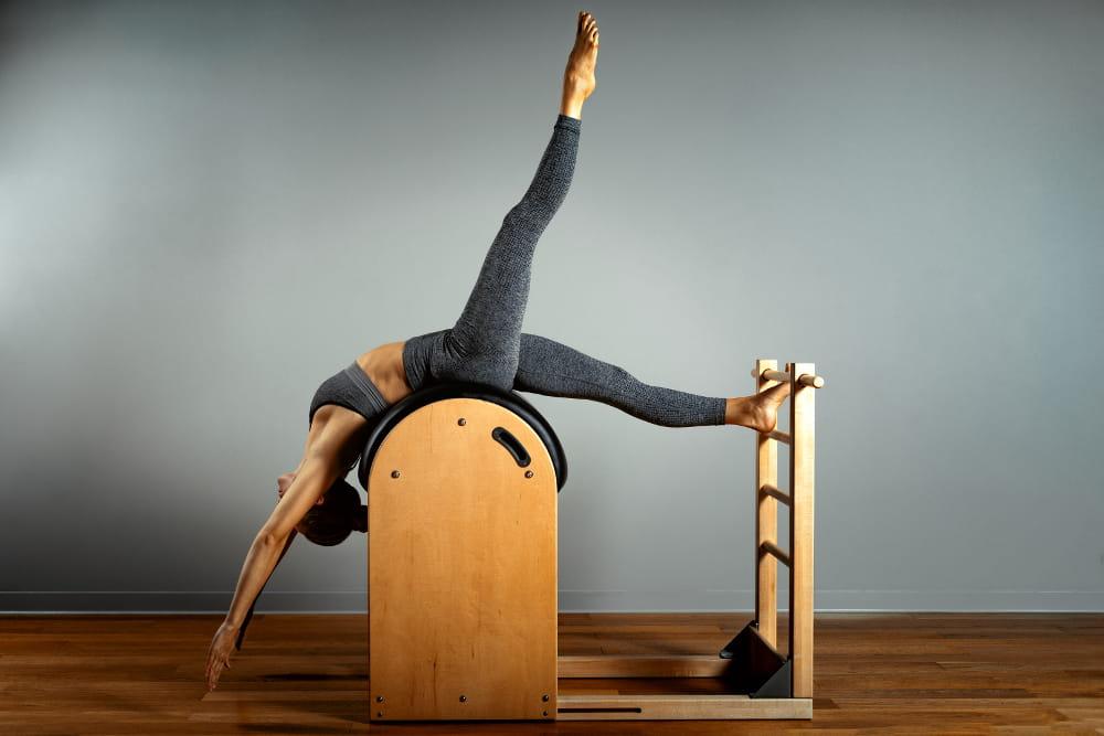 Pilates: seu pescoço agradece: mulher sobre o aparelho reformer.