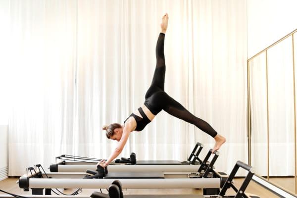 Precisão e controle no Pilates - mulher praticando pilates.