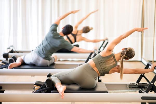 Princípios do Pilates: concentração: grupo praticando pilates.