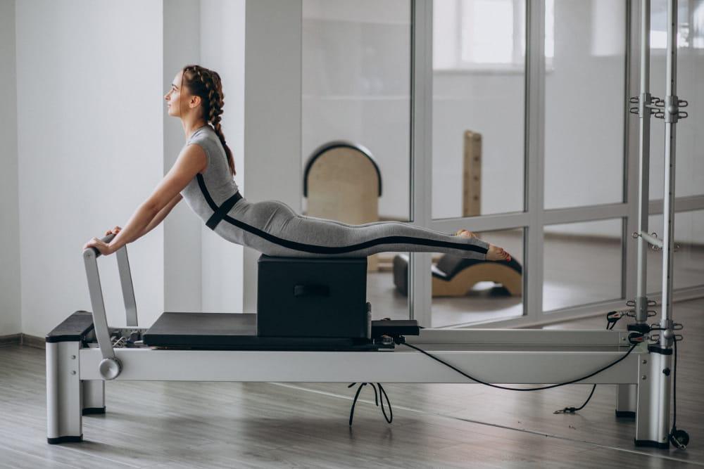 Princípios do Pilates: fluidez: mulher em uma sessão de massoterapia.