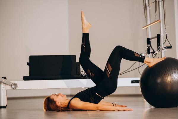 Princípios do Pilates: fluidez: mulher deitada recebendo massagem.