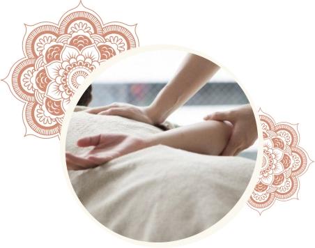 Mulher recebendo uma massagem Shiatsu em Alphaville