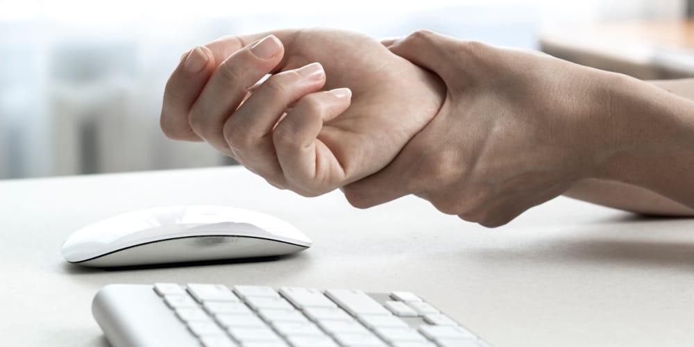 Síndrome do carpo: como as terapias podem ajudar: mulher massagenado o pulso.