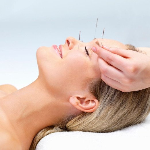 Mulher se tratando com terapias naturais